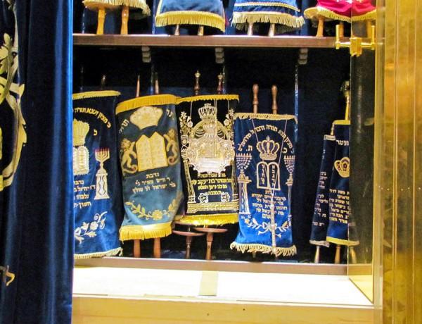 Westend-synagoge-toraschrein-Torah-Scrolls