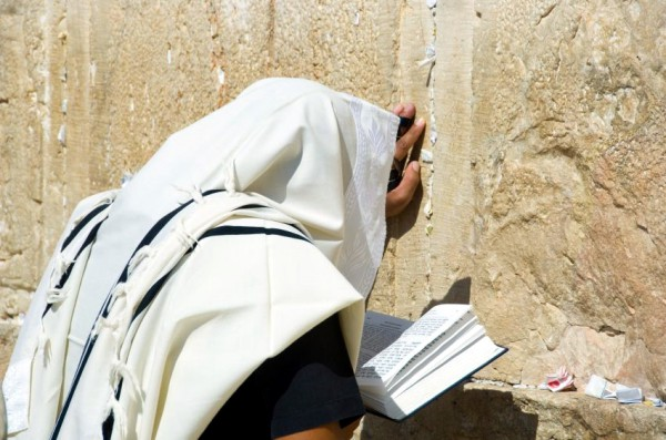 Man-praying-Western Wall
