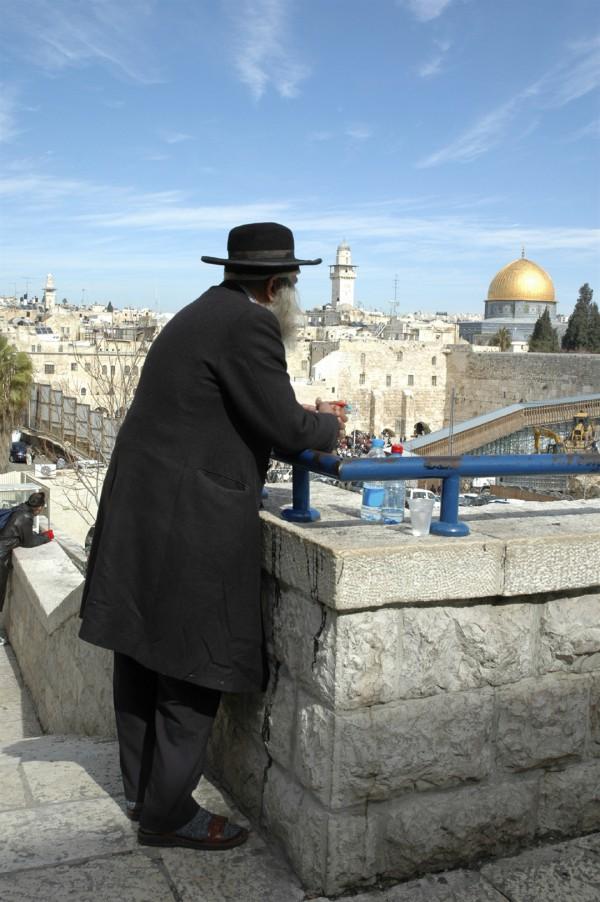 Orthodox_overlooking_Jerusalem