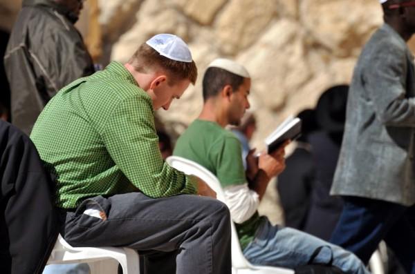 young men-praying-Kotel