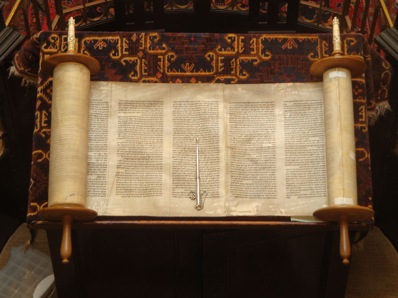 Open_Torah_scroll