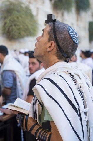 Jewish man-praying-Shacharit-Kotel-tefillin