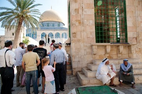 Temple-Mount-tourists