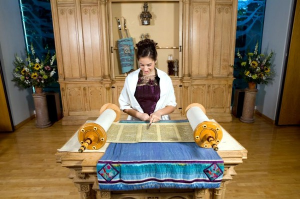 Torah-girl-bat-mitzvah-synagogue-bimah