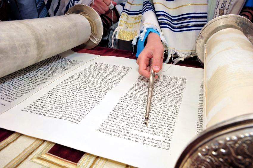 Torah scroll-Yad-Torah pointer