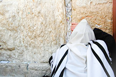 prayer-tallit-Western Wall-Jewish man