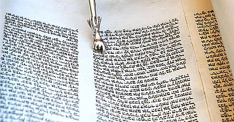 Handwritten-text-of-a-Torah-scroll