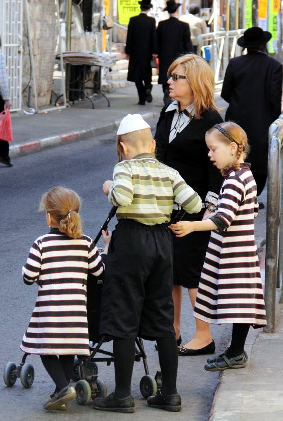 Jerusalem-Orthodox-mother-children-Mea-Shearim