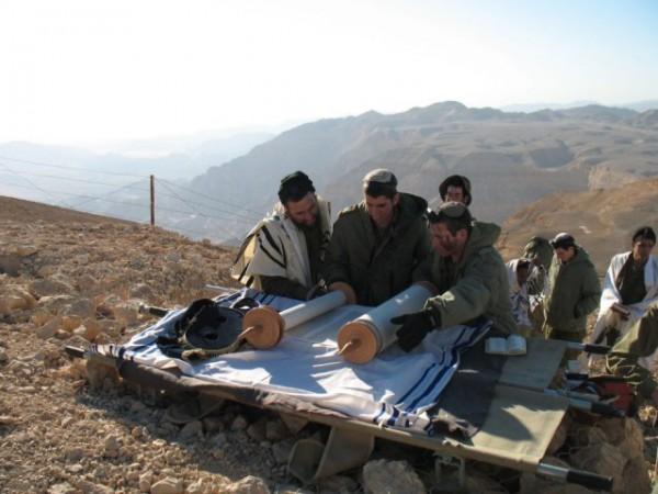 IDF-soldiers-read-Torah-field