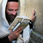 Orthodox-Jewish-man-prays-siddur