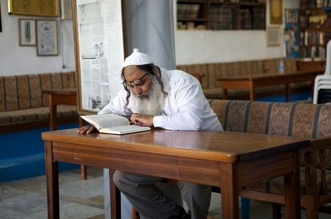man-reading-synagogue-Safed-Israel