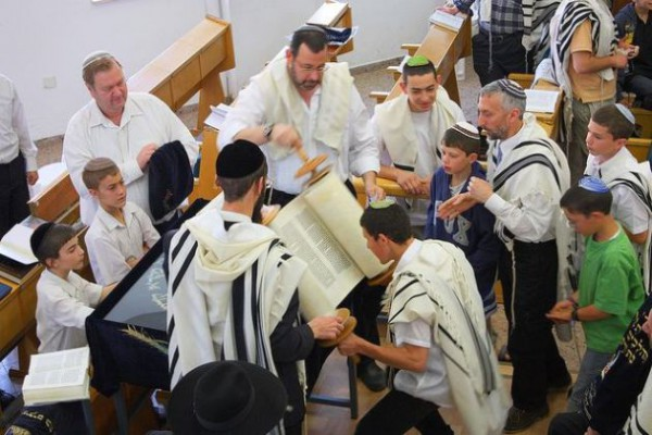 Torah-Scroll-Congregation