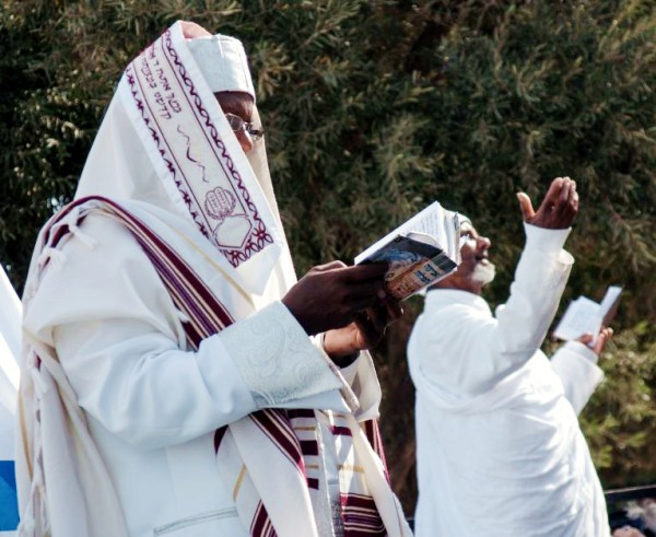 Israel-Ethiopian-men-prayer