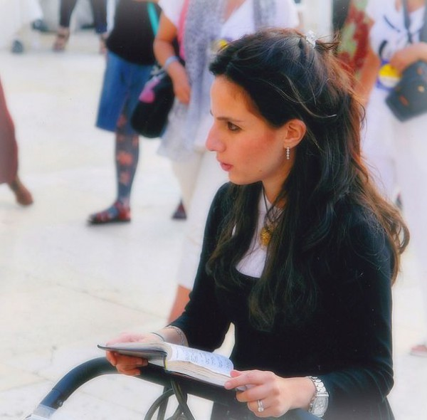 reading-Jewish woman-wailing wall