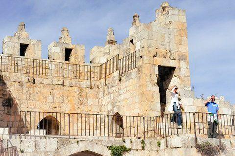 Tourists-Walls of Jerusalem-Ancient walls