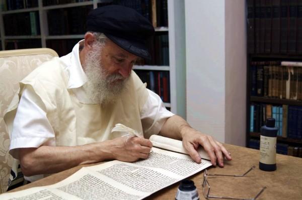 Orthodox-Jewish-Scribe-Torah-scroll-Sefer-Torah