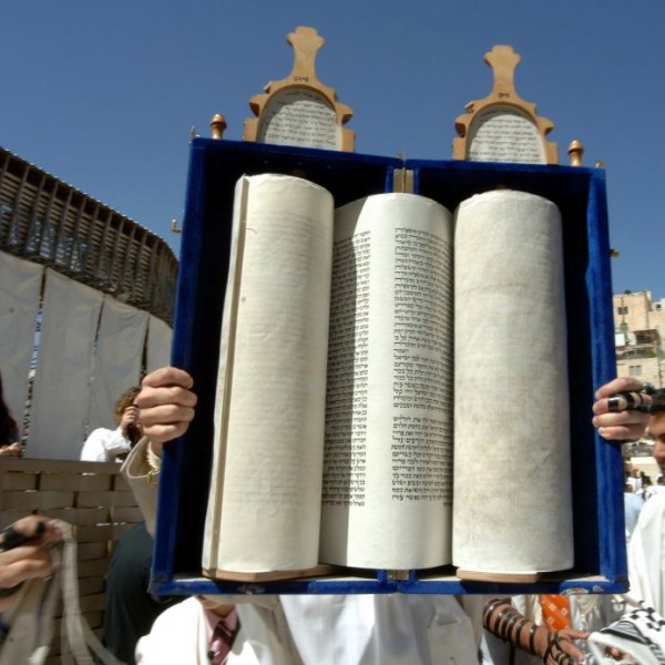 Lifting the Torah for all to see in Jerusalem