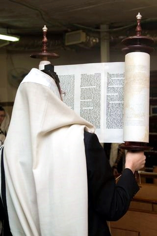 Hagbah-Torah-scroll-tallit-tefillin-lifting the Torah