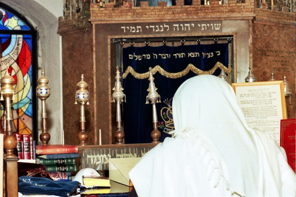 Bimah Synagogue reading torah
