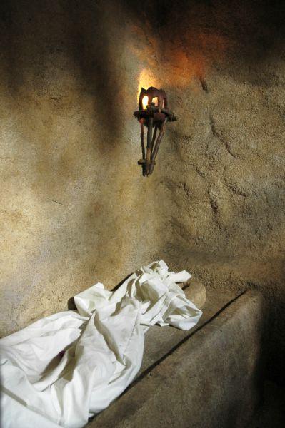 empty_tomb_shroud_Israel burial cave