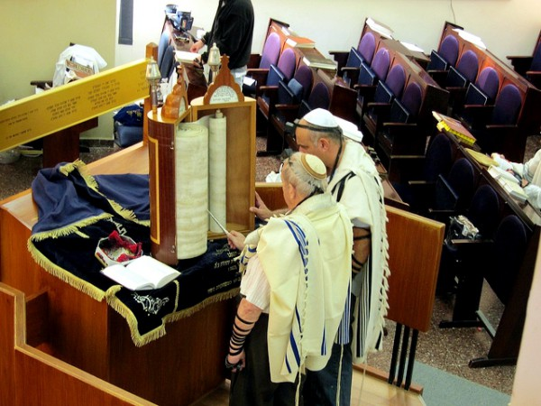 Reading the Torah in the synagogue