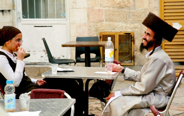 An Orthodox Jewish couple enjoy a bite to eat in Jerusalem. (Photo by opalpeterliu)