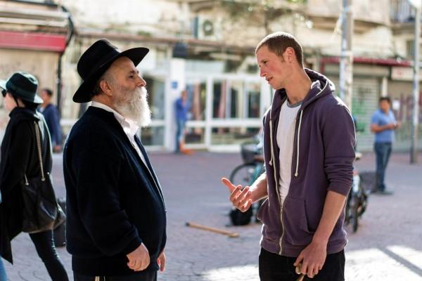Two Israelis in conversation. (Photo by Hendrik Wieduwilt)
