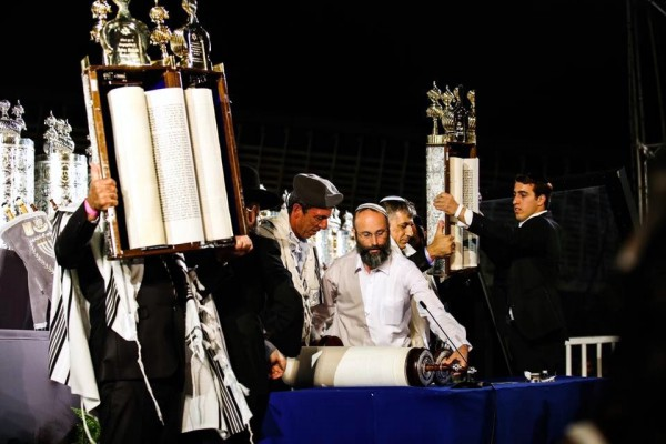 Western Wall Torah dedication ceremony-hagbah