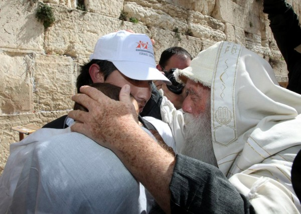 Wailing Wall-Kotel-imparting a blessing