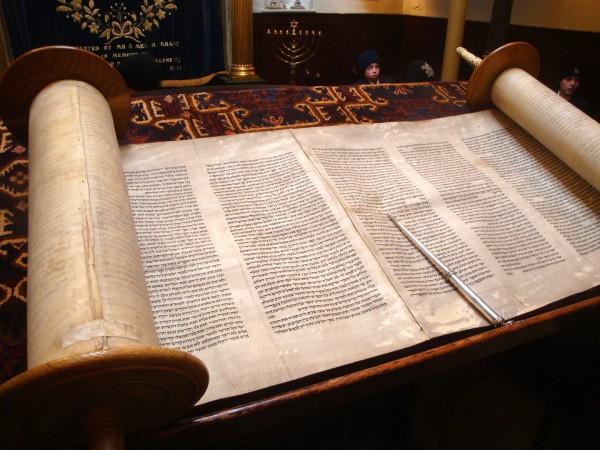 Torah-bimah-synagogue-Simchat Torah